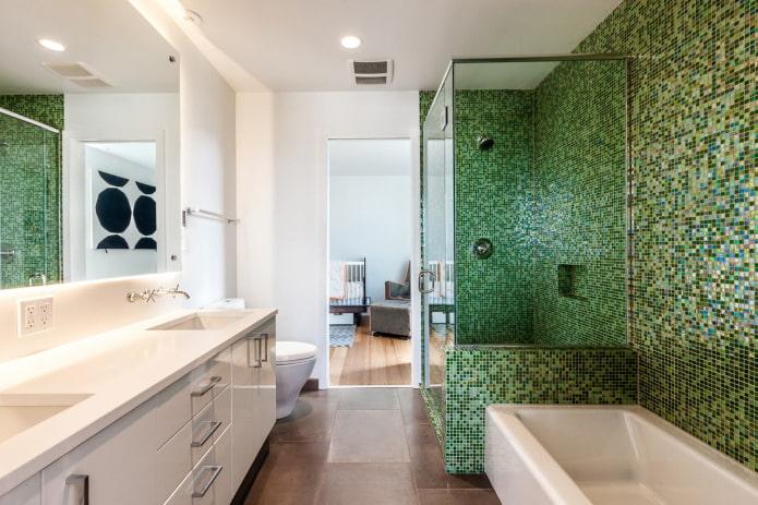 зеленая мозаичная плитка в ванной