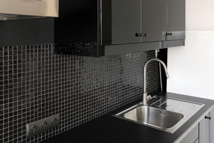 черная мозаичная плитка на кухне