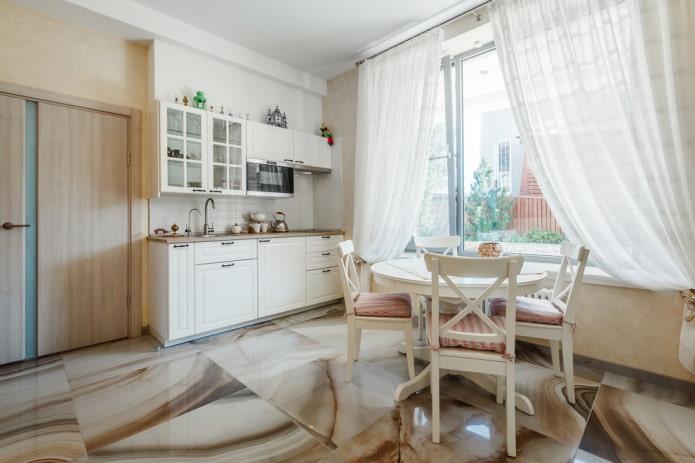 напольная плитка под мрамор в интерьере кухни