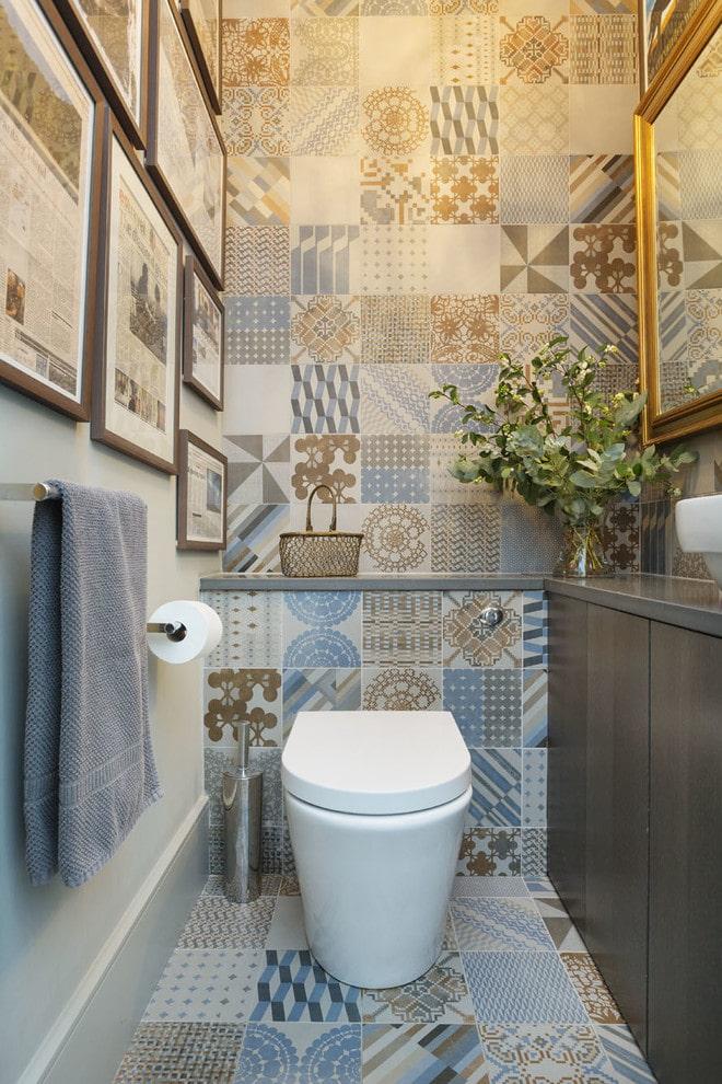 туалет с плиткой в стиле пэчворк