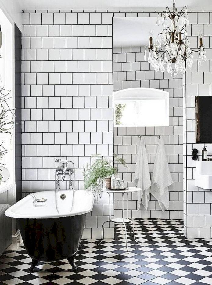 шахматная плиточная раскладка в интерьере ванной