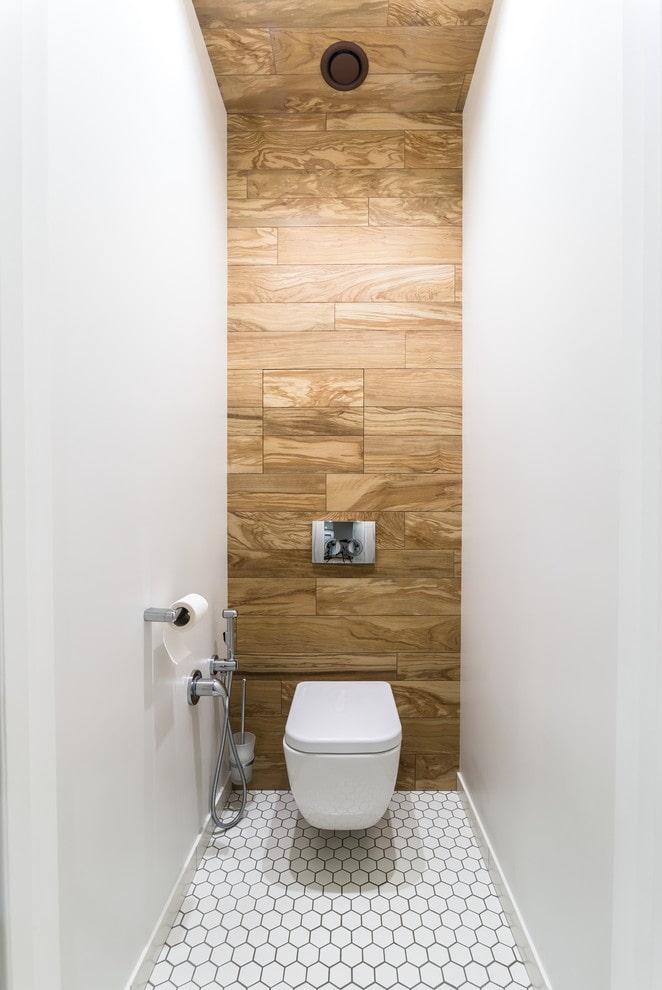 плитка под дерево в интерьере туалета
