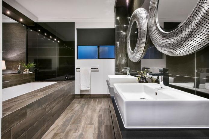 экран ванной с плиткой под дерево в интерьере санузла