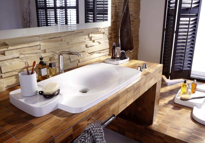 столешница с плиткой под дерево в интерьере ванной