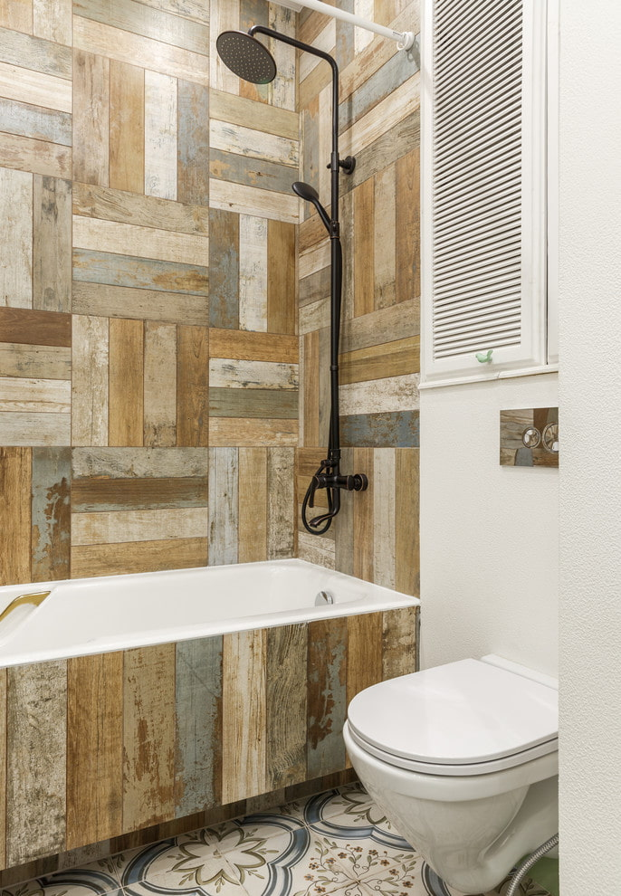 дизайн плитки под дерево в интерьере ванной