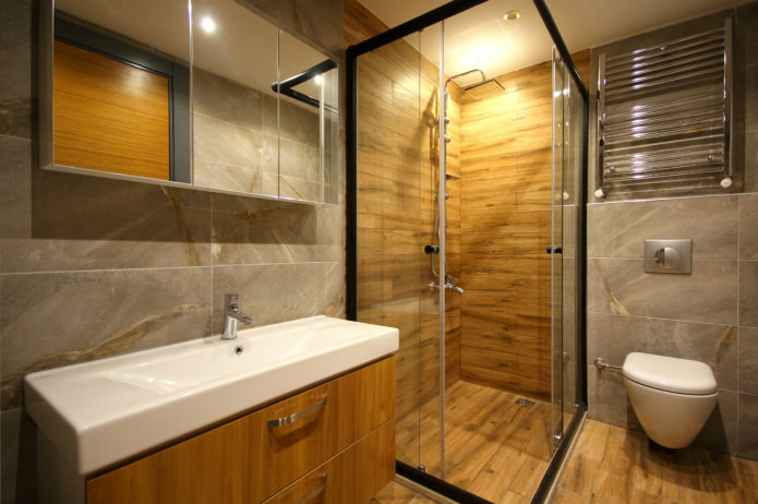 сочетание плитки под дерево с мрамором в интерьере ванной