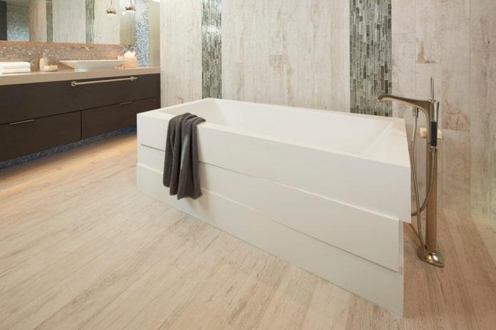 напольная плитка под дерево в интерьере ванной