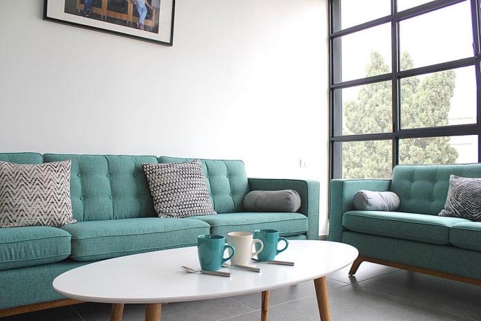 диван с тканевой обивкой бирюзового цвета в интерьере