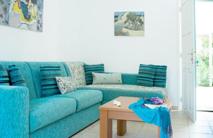 диван ярко-бирюзового цвета в интерьере