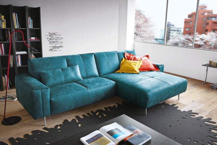 диван с кожаной обивкой бирюзового цвета в интерьере