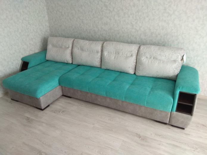 диван серо-бирюзового цвета в интерьере