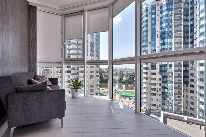 диван в интерьере панорамного балкона