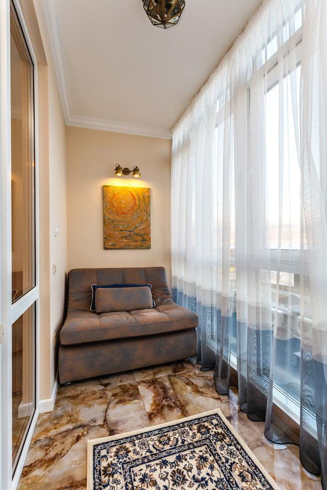 диван в интерьере узкого балкона