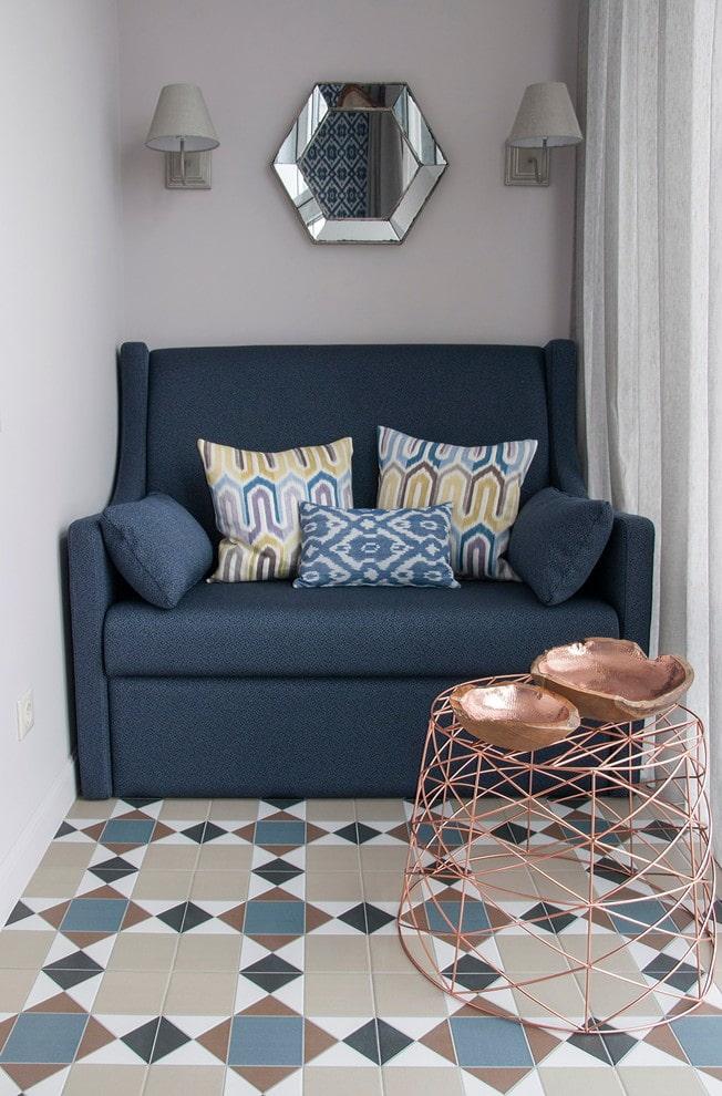 диван в интерьере маленького балкона