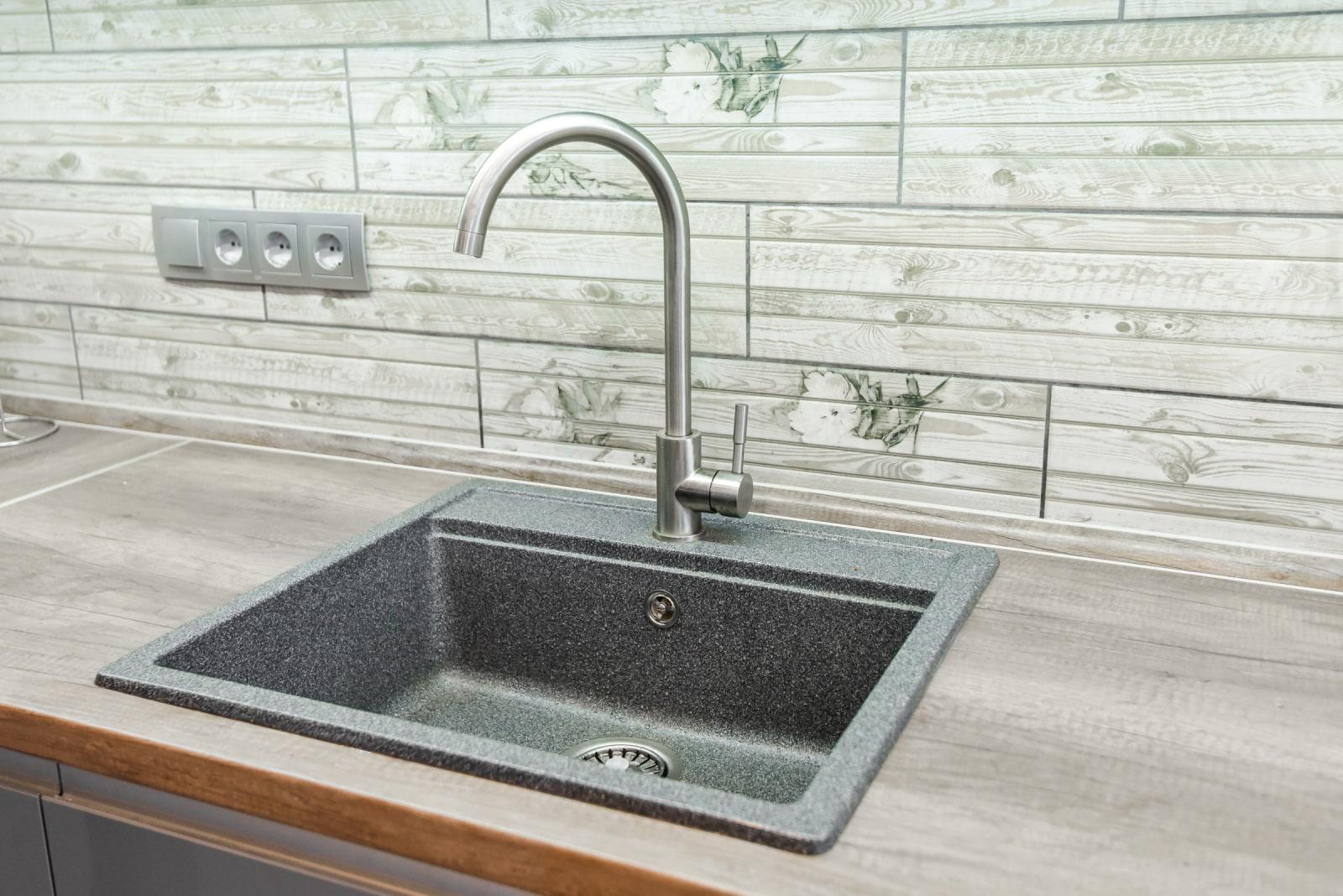 Как выбрать кухонную мойку из искусственного камня? Плюсы и минусы, фото, виды, формы.