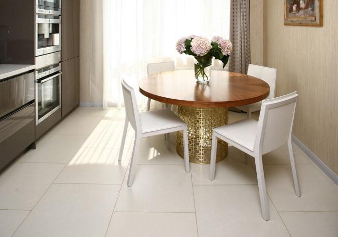 плитка для пола белого цвета в интерьере кухни