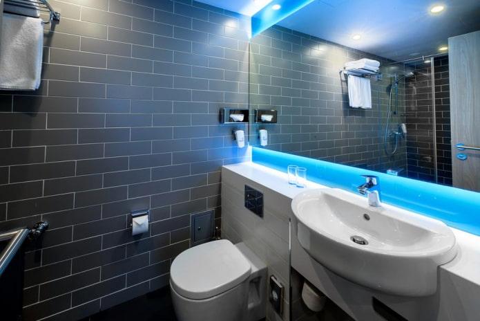 стены с плиточной отделкой в ванной комнате