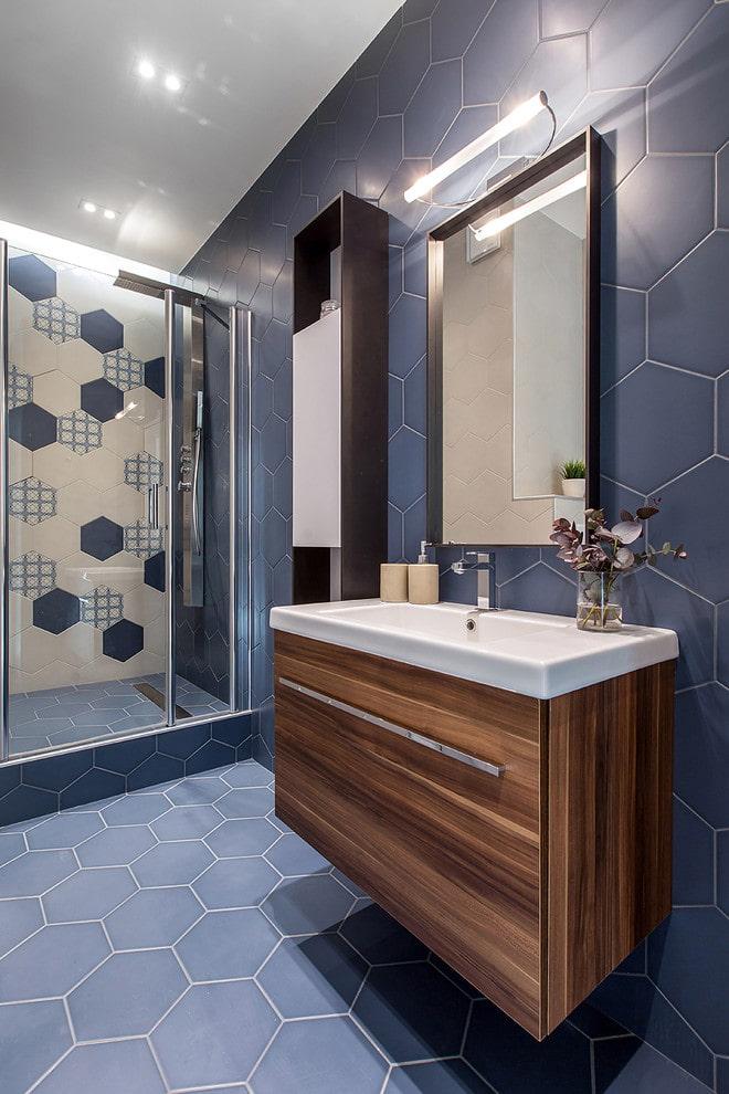 пол с плиточной отделкой в ванной комнате