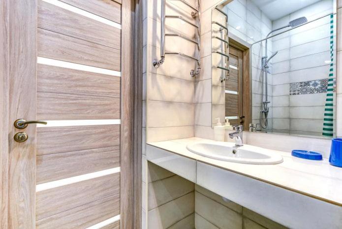 плитка вокруг двери в интерьере ванной