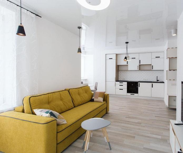 интерьер с кухонной зоной на дальней стене
