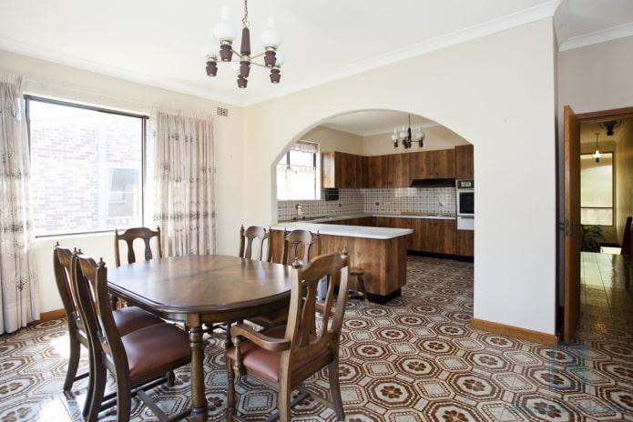 интерьер кухни-студии с аркой