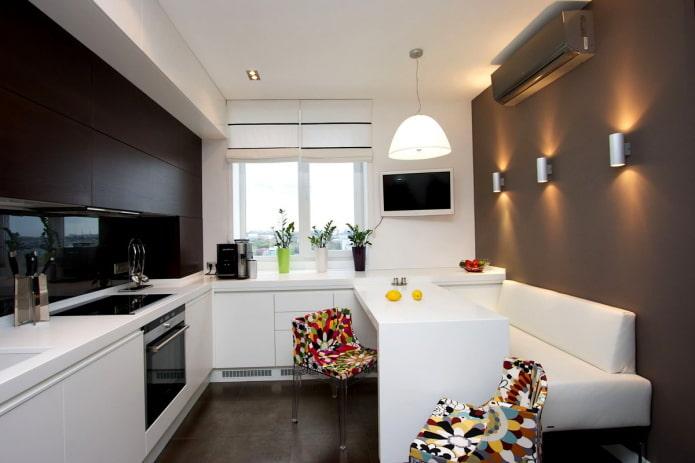 интерьер с кухонной зоной у окна