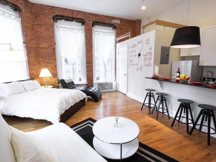 интерьер квартиры-студии с тремя окнами
