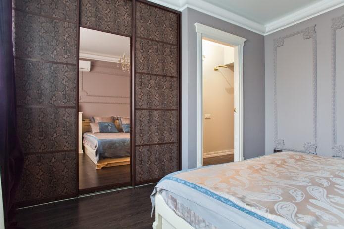 шкаф-купе с кожаной отделкой фасада в спальне