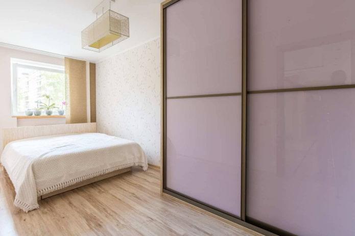 шкаф-купе сиреневого оттенка в интерьере спальни