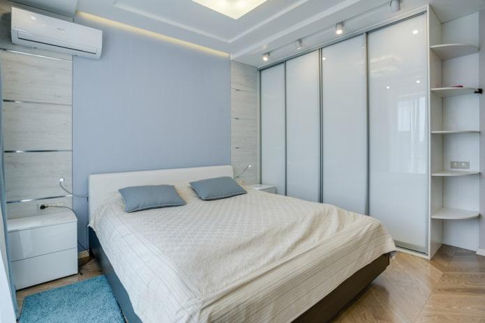 шкаф-купе белого оттенка в интерьере спальни
