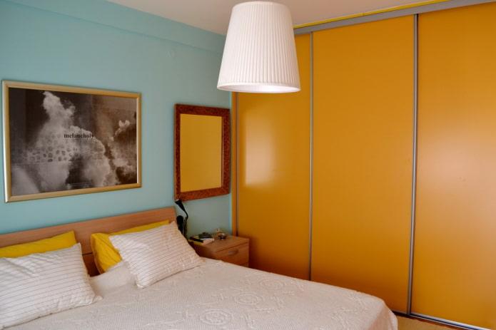 шкаф-купе оранжевого оттенка в интерьере спальни