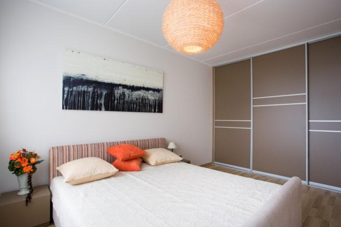 шкаф-купе коричневого оттенка в интерьере спальни