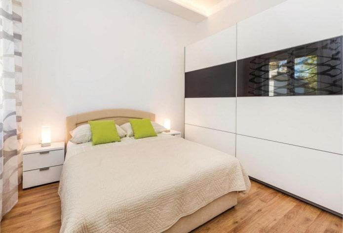 шкаф-купе черно-белого цвета в интерьере спальни