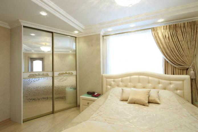 шкаф-купе с зеркальным фасадом в интерьере спальни