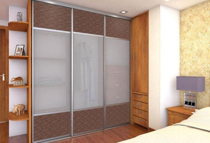 шкаф-купе с отделкой фасада из ротанга в спальне