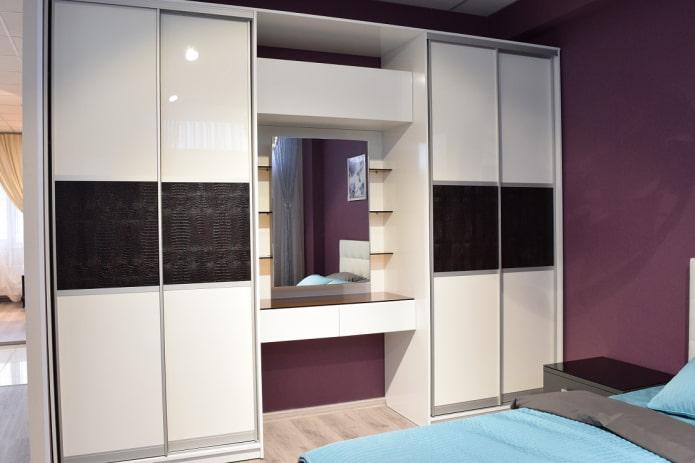 шкаф-купе с туалетным столиком в интерьере спальни