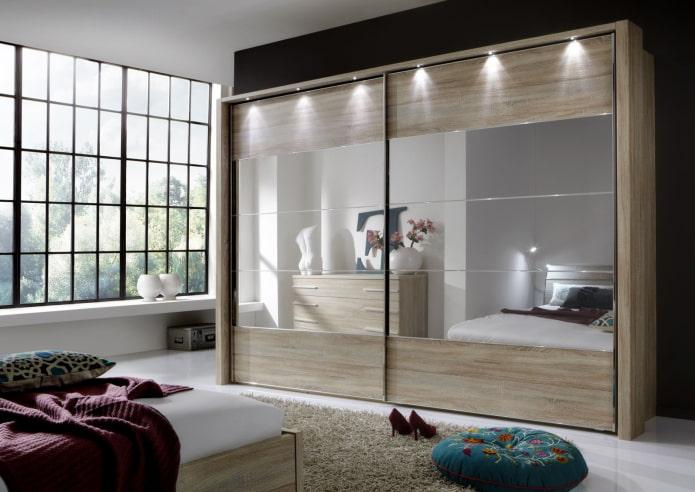 шкаф-купе с подсветкой в интерьере спальни