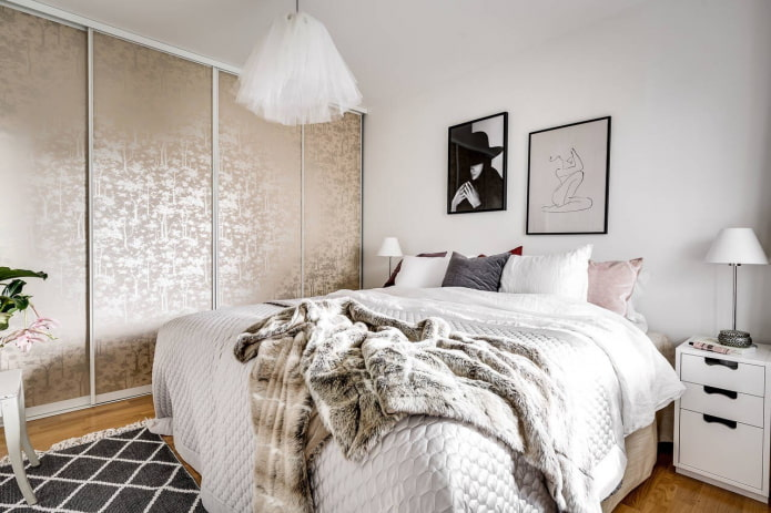 шкаф-купе бежевого оттенка в интерьере спальни