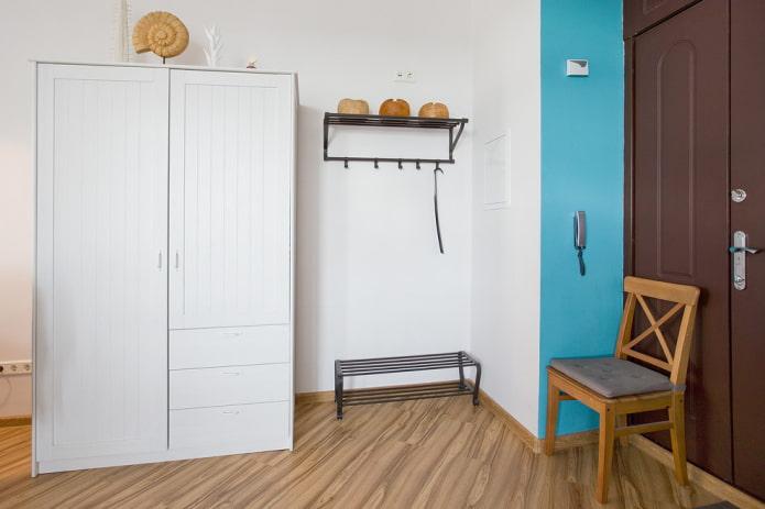 шкаф белого цвета в интерьере коридора