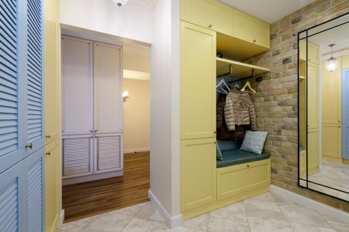 шкаф желтого цвета в интерьере коридора