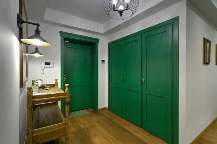 шкаф зеленого цвета в интерьере коридора