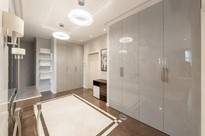 шкаф серого цвета в интерьере коридора