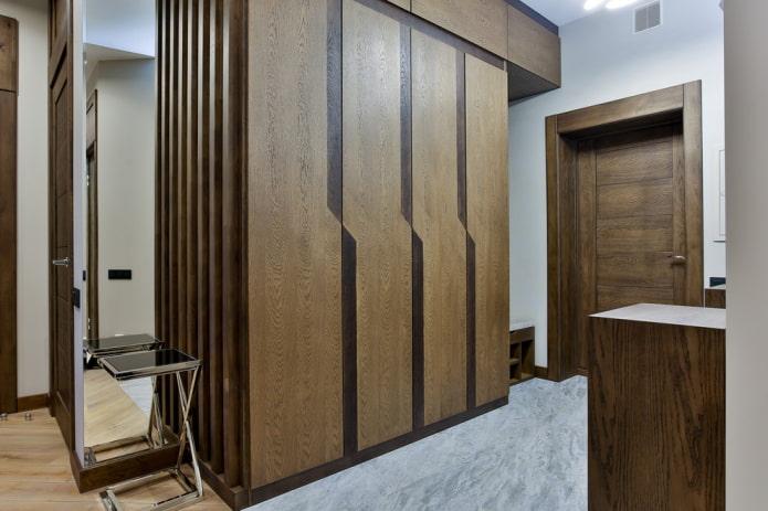 шкаф коричневого цвета в интерьере коридора