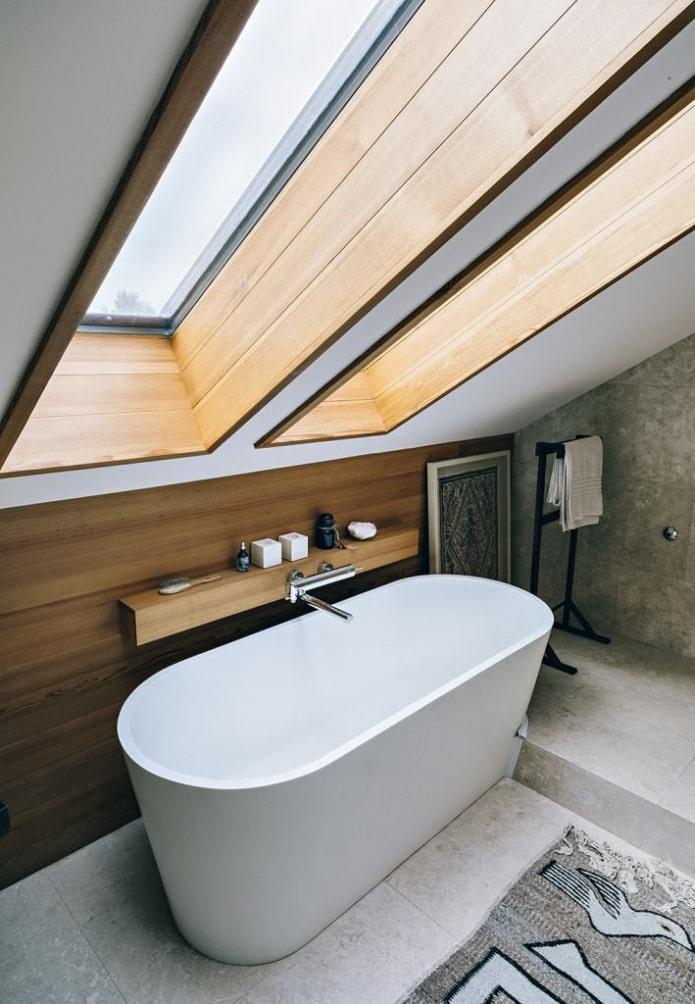 Деревянная полка над ванной