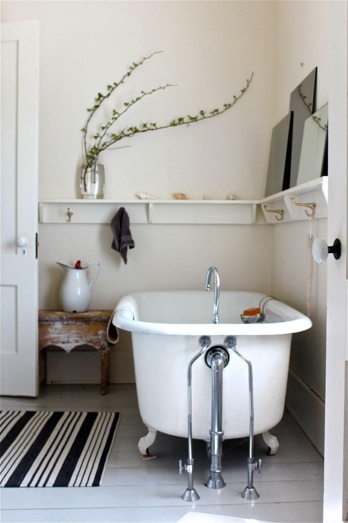 Угол, оформленный над ванной