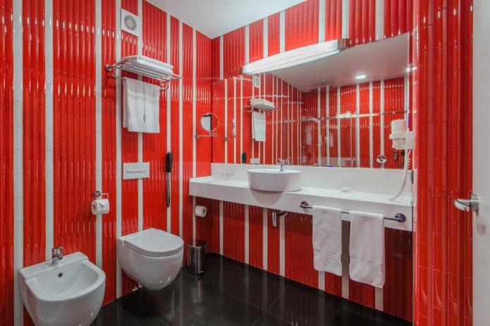 меблировка ванной комнаты в красных оттенках