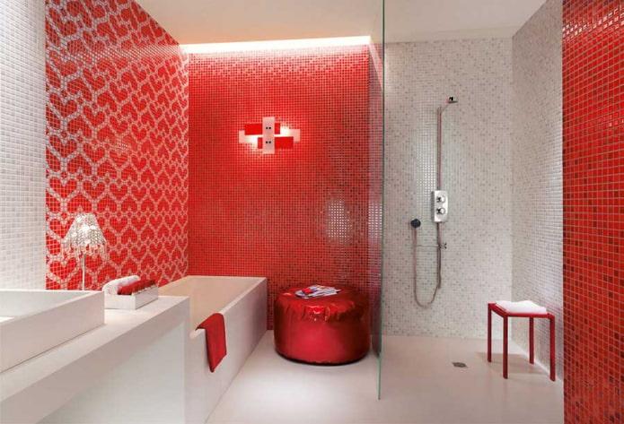 ванная комната в красно-белых оттенках