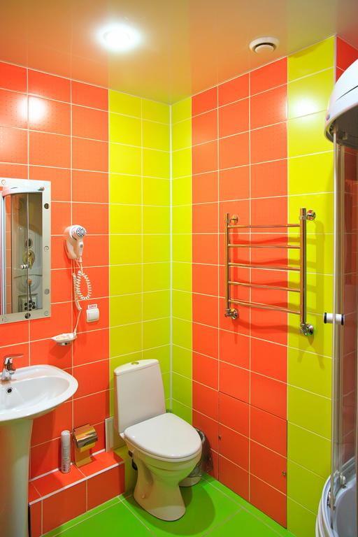 ванная комната в красно-зеленых оттенках