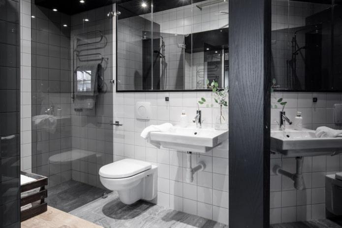 Белая плитка и черный глянцевый потолок