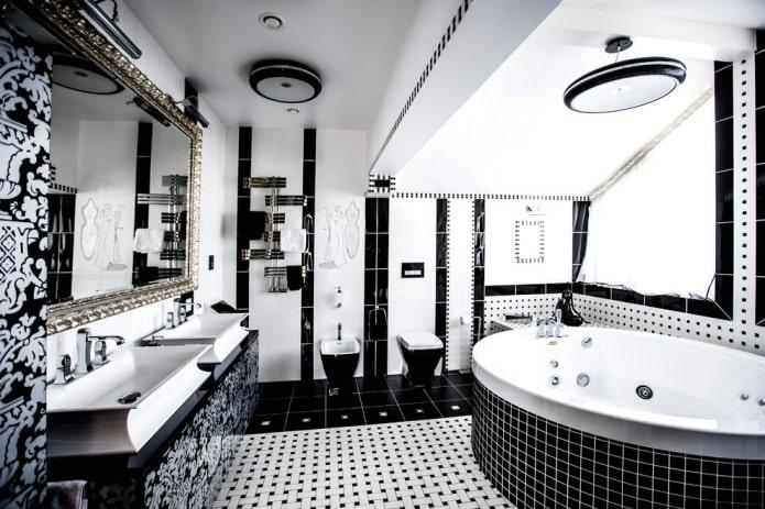 ванная на мансарде в черно-белом цвете